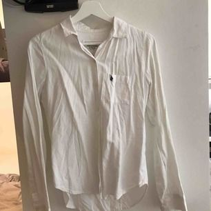 Vit skjorta från Abercrombie & Fitch. Bra skick.