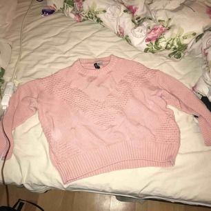 En jättefin och mysig rosa stickad tröja, använd kanske 2 gånger (: