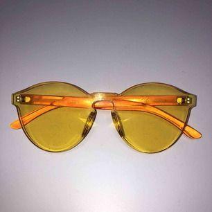 ett par gula genomskinliga solglasögon köpta på TGR förra sommaren. skulle själv säga att dem är i nyskick. köpare står för frakten💞