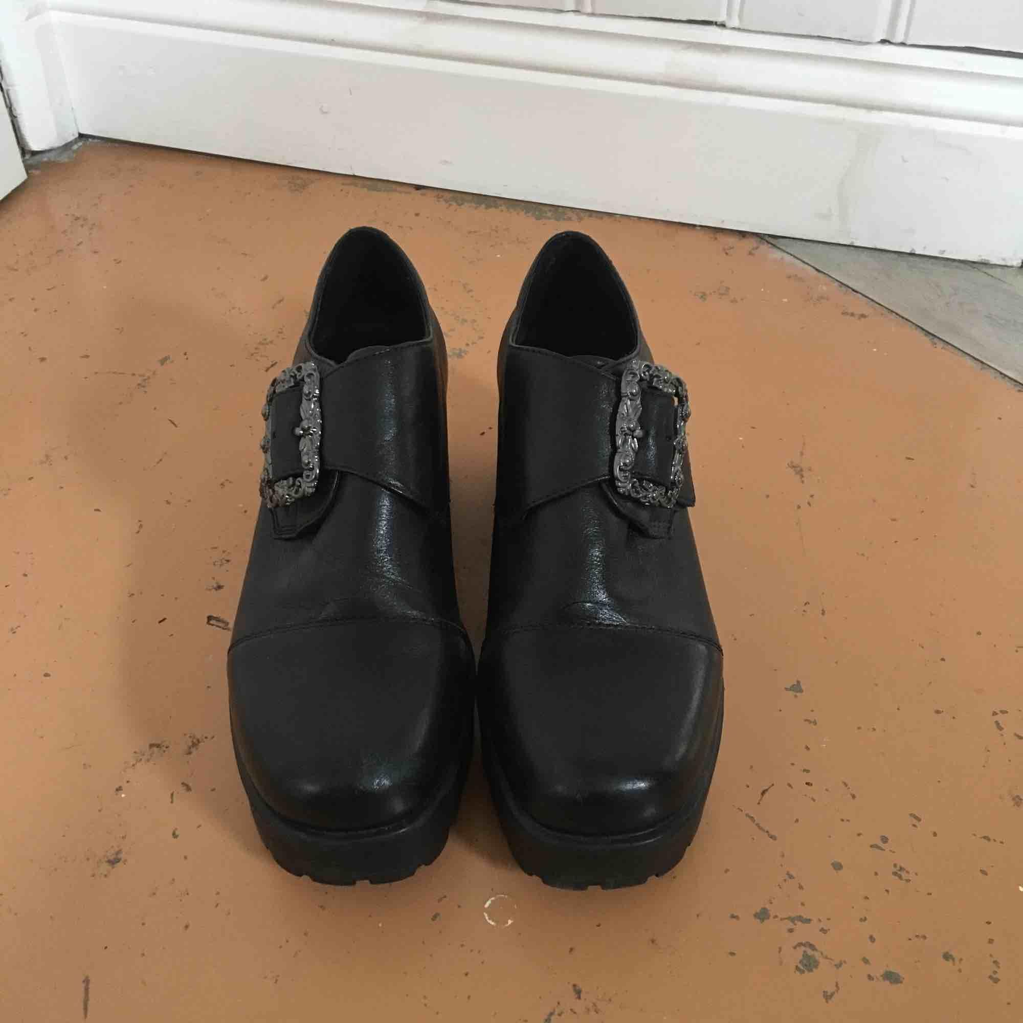 Snygga läderplatåer från vagabond. Säljer pga för små. Bekväma. Sparsamt använda och i gott skick. 8 cm klack. Små i storleken , vid flera intresserade gäller budning . Skor.