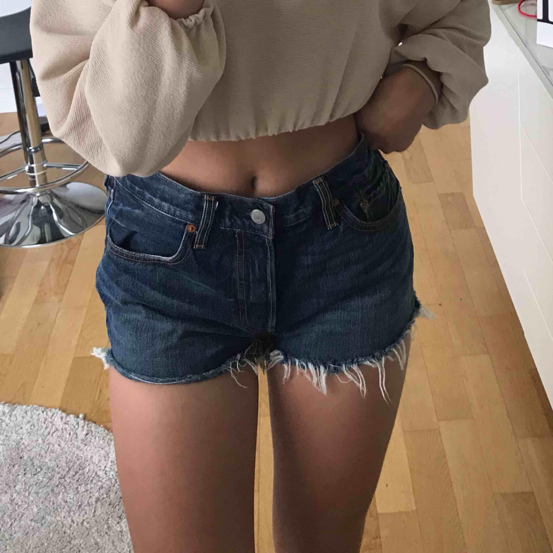 Säljer ett par levi's shorts  pga att de är för stora för mig. Fint skick. Kan frakta eller mötas upp i Örebro. Frakt ingår ej i priset. Skriv för mer Info. . Shorts.