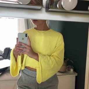 En jättesnygg oversized cropped gul tröja från Zara med vida armar💛🍋🌻🌝 150kr + frakt