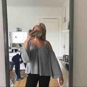 Tröja ifrån Gina tricot med öppna axlar och vida ärmar. Mycket fin nu till sommaren. Kan mötas upp i Örebro eller frakta. Frakt ingår ej i priset.