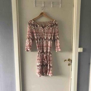 Somrig klänning i tunt material (ej genomskinlig).