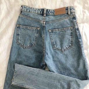 Helt oanvända jeans från Monki (modell Kimomo), mom fit. Så fina men tyvärr för små för mig 😭