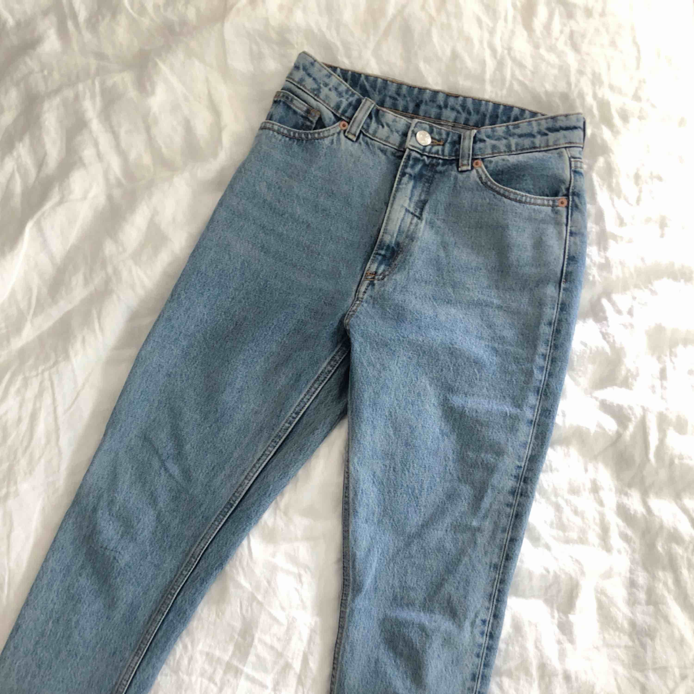 Helt oanvända jeans från Monki (modell Kimomo), mom fit. Så fina men tyvärr för små för mig 😭. Jeans & Byxor.