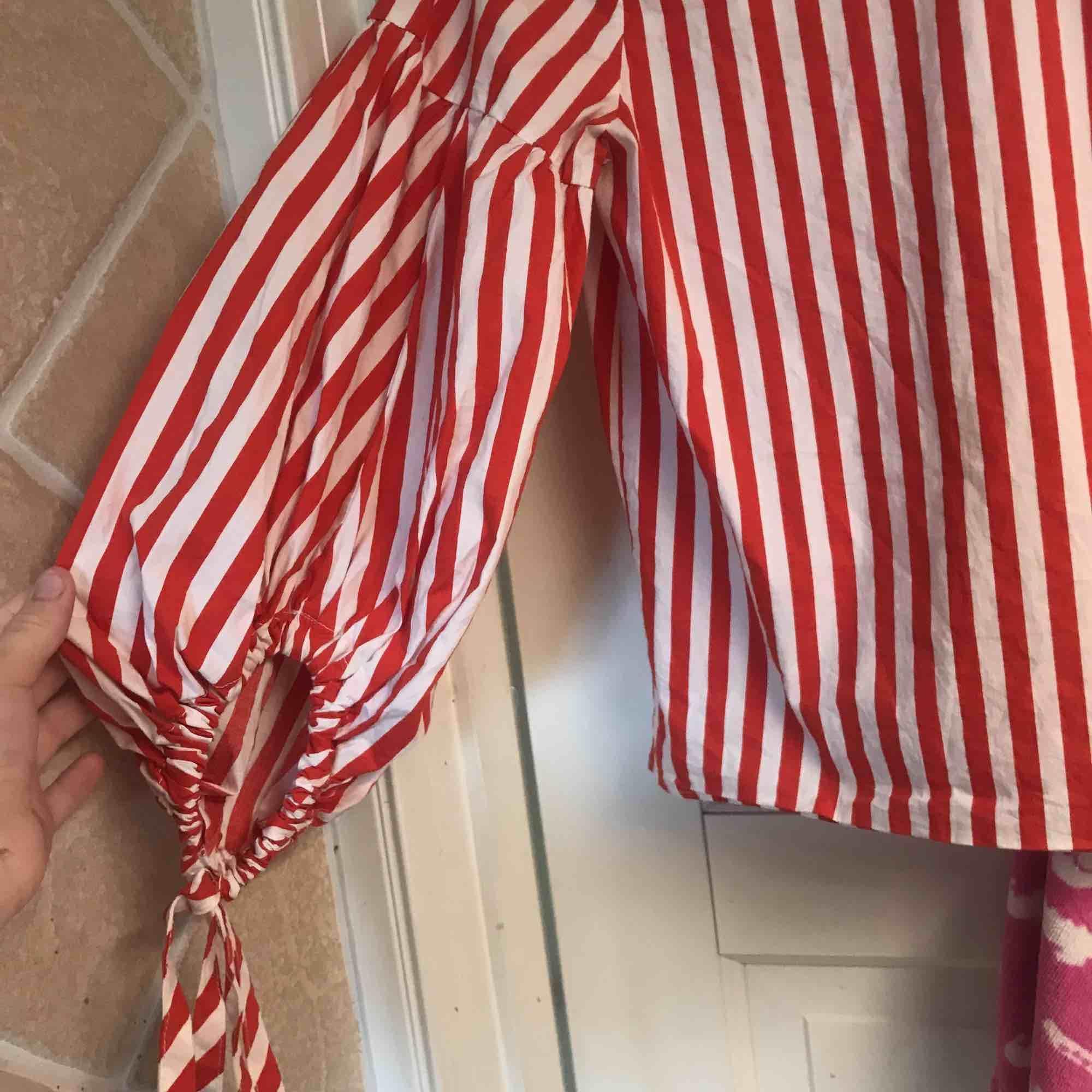 En fin blus som är lite luftig vid armarna och med band. Väldigt snyggt att piffa upp med en kjol eller ett par snygga jeans till . Blusar.