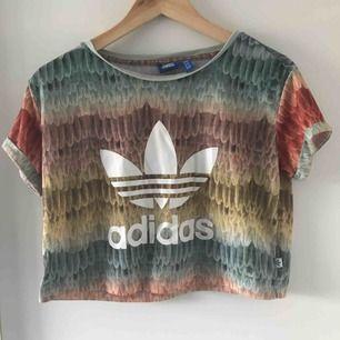 Den finaste t-shirten i underbara färger! Croppad.