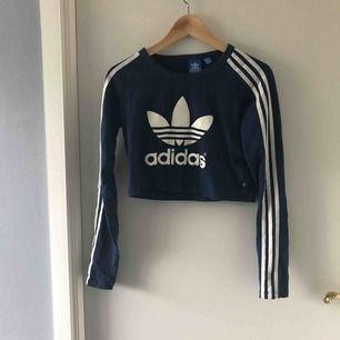 Långärmad croptop från Adidas. Storleken i står M men är mer som en S enligt mig.