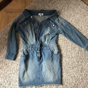Rebecca Stella jeansklänning, storlek S! Sjukt fin, men har inte fått användning för den. Kan mötas upp i Täby eller centrala Stockholm eller posta mot en liten avgift! Hör av dig vid frågor ☀️