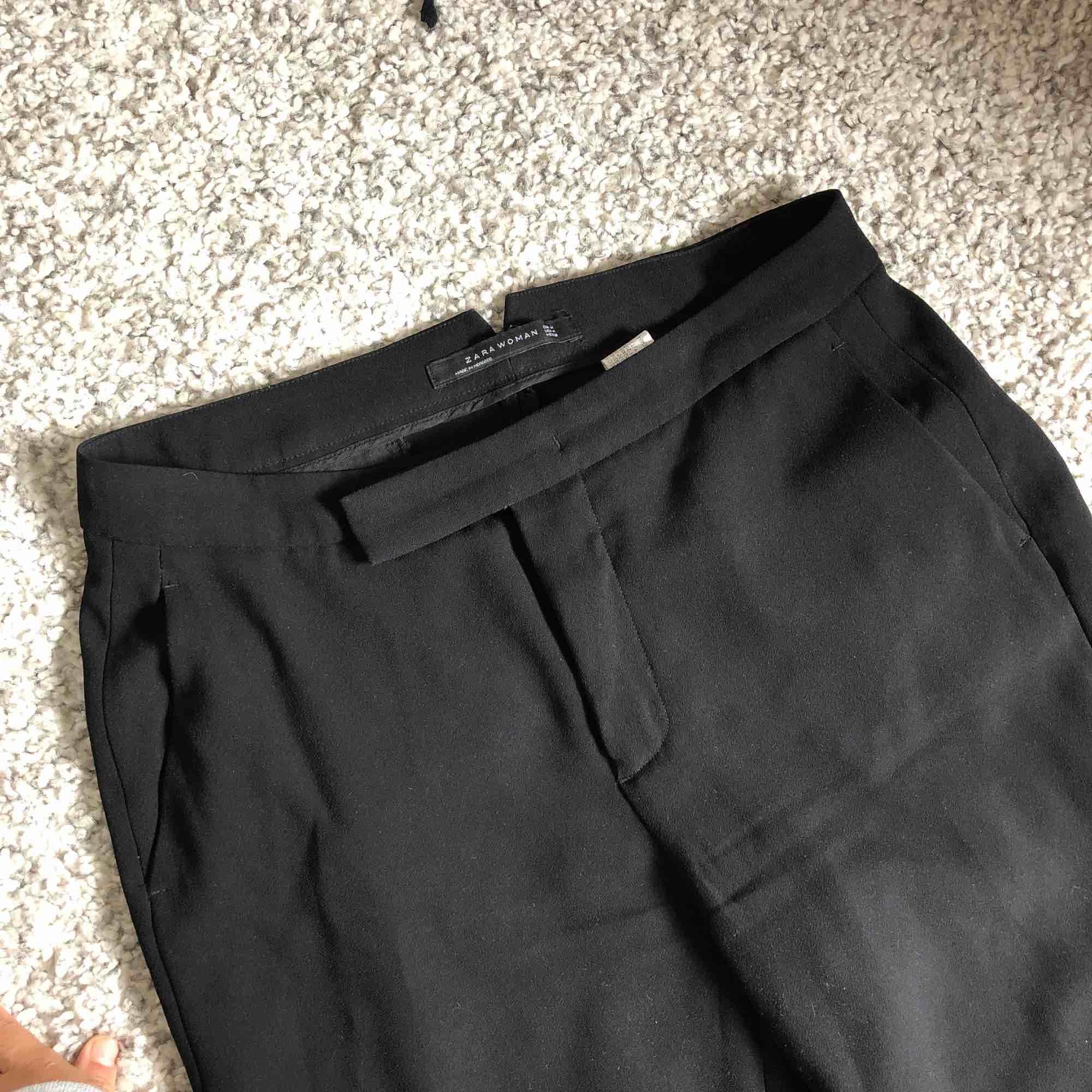 Utsvängda kostymbyxor från Zara. Jättefint skick! Kan mötas upp i Täby eller centrala Sthlm eller posta mot avgift✨. Jeans & Byxor.