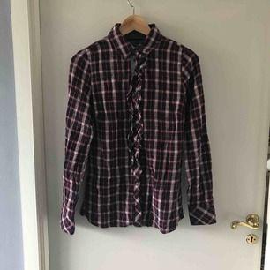 Skjorta från Tommy Hilfiger med volang fram. Skitsnygg men dessvärre för liten för mig...