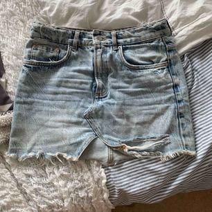 skitsnygg jeanskjol med slitningar från ZARA. Säljer då den tyvärr blivit för liten.  sparsamt använd. köparen står för ev. frakt 🌸
