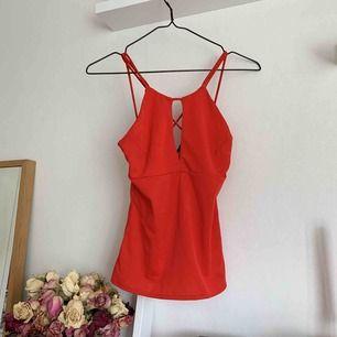 Rött linne från bikbok, supersnyggt att ha på sommaren till fest elr liknande❣️ säljer pga för liten köparen står för ev. frakt🌸