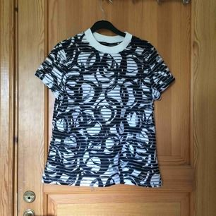 En mönstrad t-shirt med genomskinliga horisontala streck från Lindex. Sparsamt använd och i väldigt gott skick. Köparen står för frakten :))