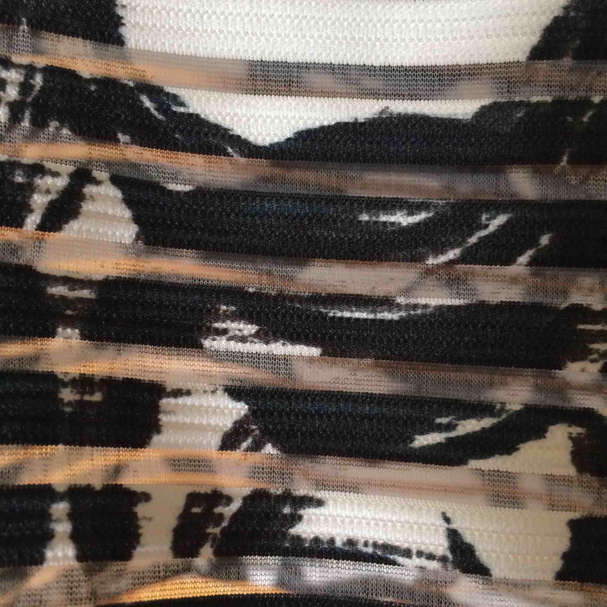 En mönstrad t-shirt med genomskinliga horisontella ränder från Lindex. Sparsamt använd och i väldigt gott skick. Köparen står för frakten :)). T-shirts.
