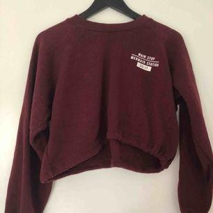 Sweatshirt med snören ned till, går att knyta så den blir tight. Lite nopprig där av priset! Väldigt skön!