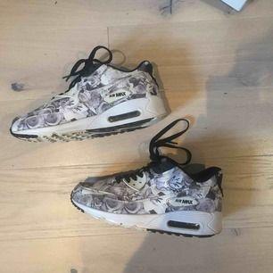 Säljer dessa snygga air Max från Nike! Dom är i begagnat skick men fortfarande väldigt fräscha! Fraktkostnad ingår i priset!