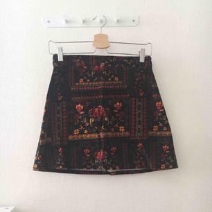 Vintage kjol i mocka🌸 Har ingen swish så kan ej frakta, nu när det är lov kan jag ej åka och möta upp långt bort så allt hämtas i Vällingby🎀