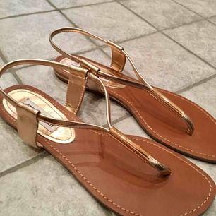 Ett par supersköna Steve Madden sandaler som använts ett fåtal gånger. Säljer pga för små. Kan mötas i Stockholm. Skriv till mig om det är något du undrar över☀️