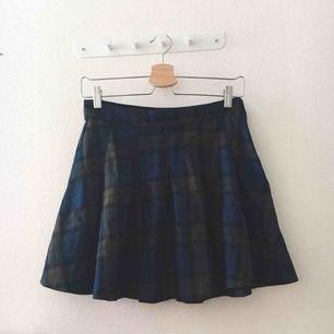 Söt kjol, bra skick då den använts 3 ggr som högst🌸 Har ingen swish så kan ej frakta, nu när det är lov kan jag ej åka och möta upp långt bort så allt hämtas i Vällingby🎀