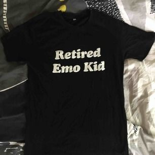 t-shirt med texten retired emo kid. använd en gång. superfint skick. frakt igår i priset pga har svårt att mötas upp. 🌼