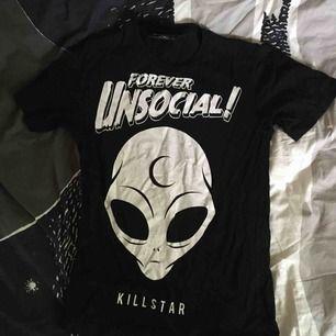 fint skick! världens coolaste tröja med en alien och text.