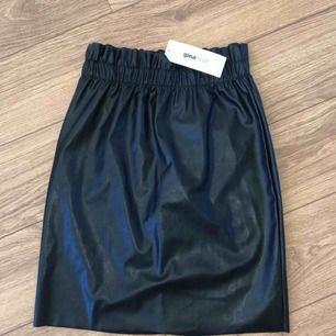 Säljer en jättefin kjol från Ginatricot i storlek XS. Den är köpt här på Plick men var tyvärr för liten på mig. Säljer den nu för 200:- inkl frakt, alltså kjol + frakt = 200:-.