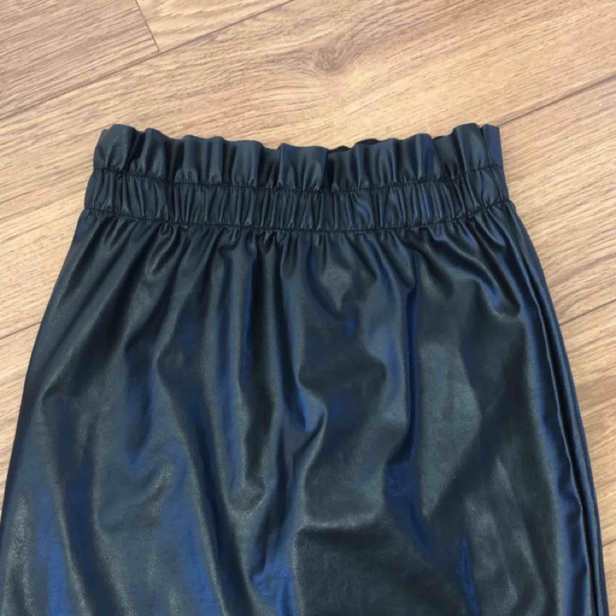 Säljer en jättefin kjol från Ginatricot i storlek XS. Den är köpt här på Plick men var tyvärr för liten på mig. Säljer den nu för 200:- inkl frakt, alltså kjol + frakt = 200:-. . Kjolar.