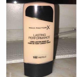 En long-lasting och täckande foundation från Max Factor i nyansen pastelle 102. Använd endast en gång och är då nästan som ny.  Säljs billigt.  Passa på!