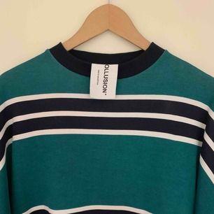 Sjukt fin sweatshirt (grön/mörkblå) från ASOS som dessvärre inte kommer till användning utan skavanker (i princip ny). Tröjan är lite oversized.  Ärmarna är invikta på bilden men ser annars ut precis som kragen. Unik samt snygg modell.