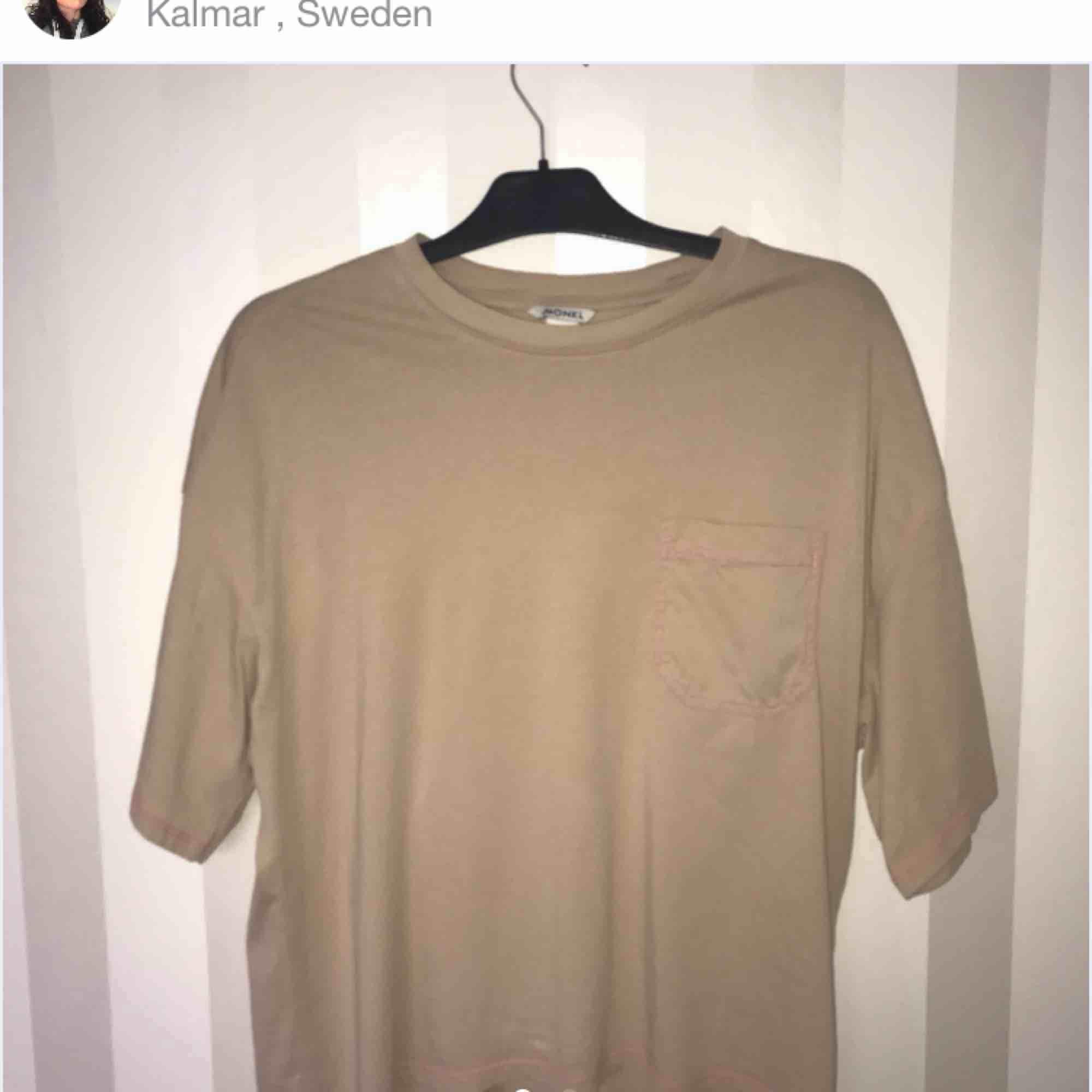 Från monki, stor i storlek men passar XS - L beroende på hur du vill att den ska sitta, men står S i tröjan. Använd fåtal gånger. 60 med frakt.. T-shirts.