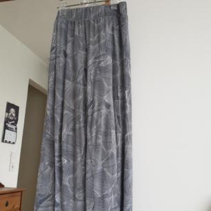 Fina croppad och mönstrad byxor från Monki. Storlek xs men passar även s. Mjuk material. Vida ben.  Kan skickas annars finns i Malmö.