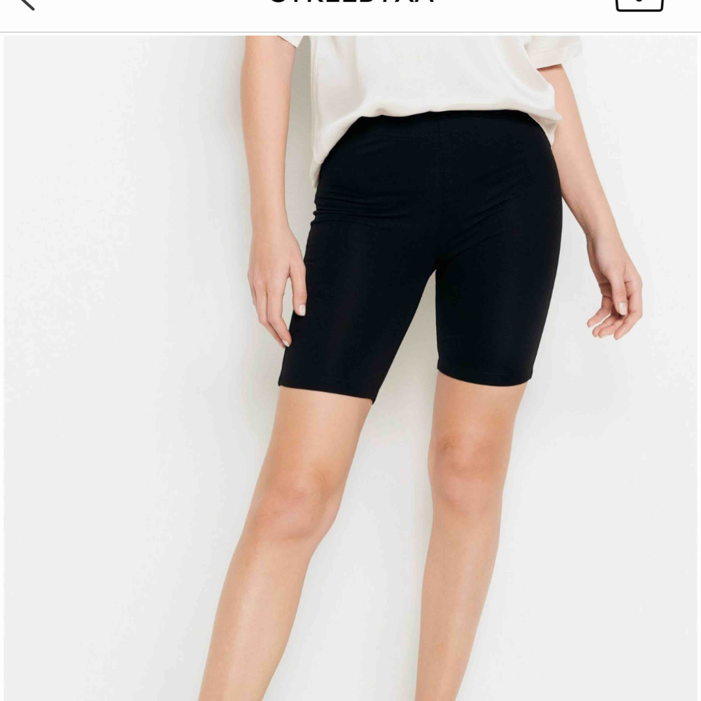 Säljer mina cykelbyxor i mer bomulls material. Använda 1 gång!!! Frakt ingår💖💞🤜🏽⚡️Trendig just nu, storleken är M men passar nog både M och S. Shorts.