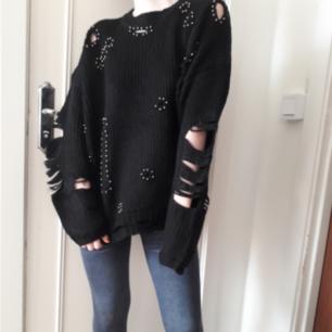 ☆Svart stickad tröja med nit och ripped detaljer☆ Passar en XS-M bäst om man vill ha den oversize som på bilden. Lägg till 50:- för FRAKT!
