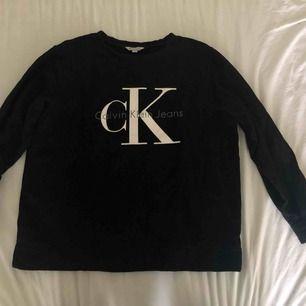 Core Monogram Logo Sweatshirt från Calvin Klein Jeans. Köpt för ett tag sen men har bara använts några fåtal gånger.
