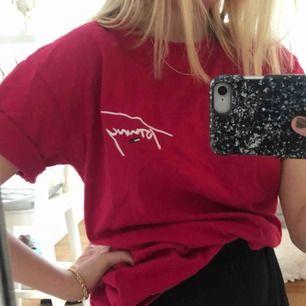 rosa T-shirt ifrån Tommy! Använd max 5 gånger. köparen står för frakt! Orginalpris: 600kr