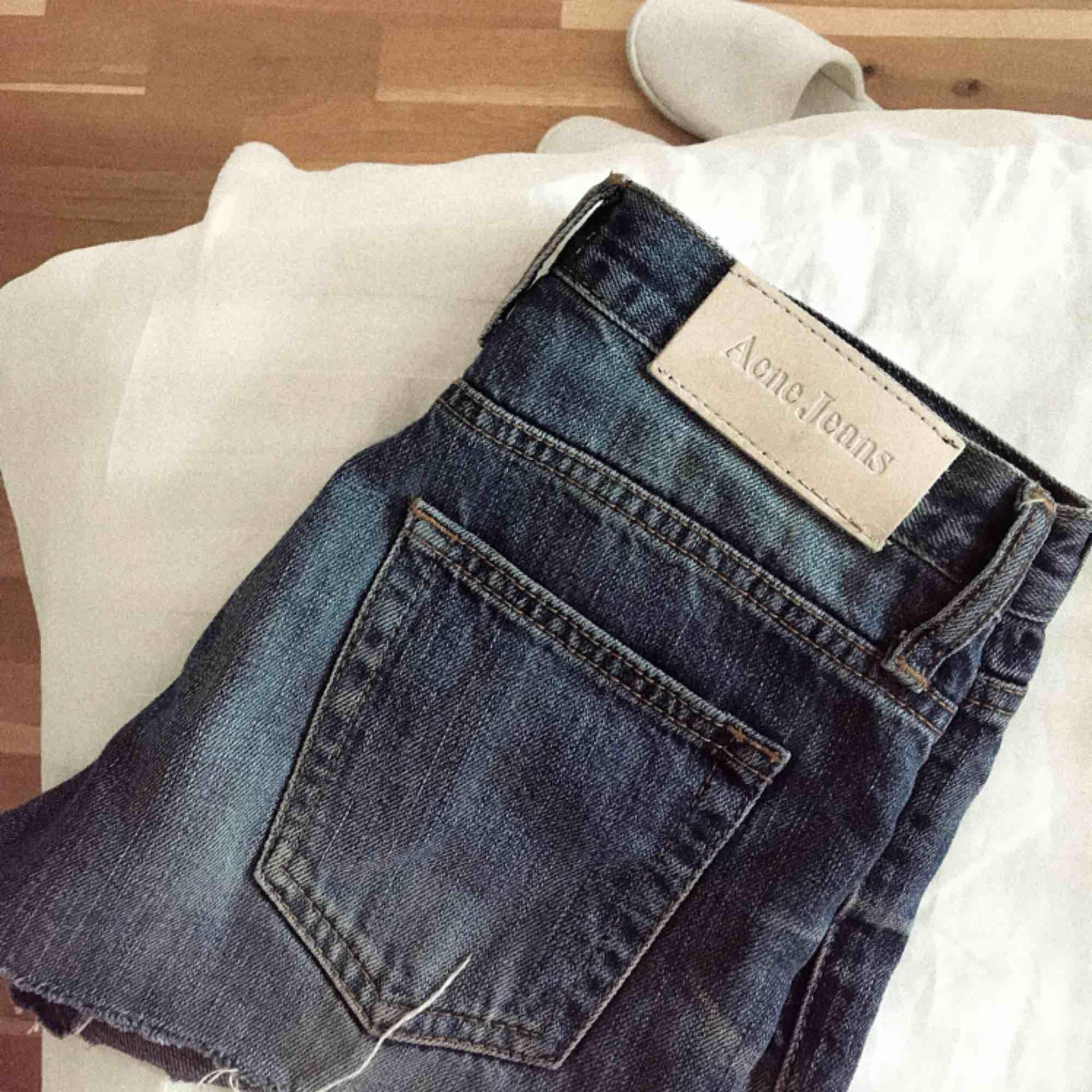 Säljer ett par Acne shorts som inte kommer till användning! Fler bilder kan skickas vid förfrågan:). Shorts.
