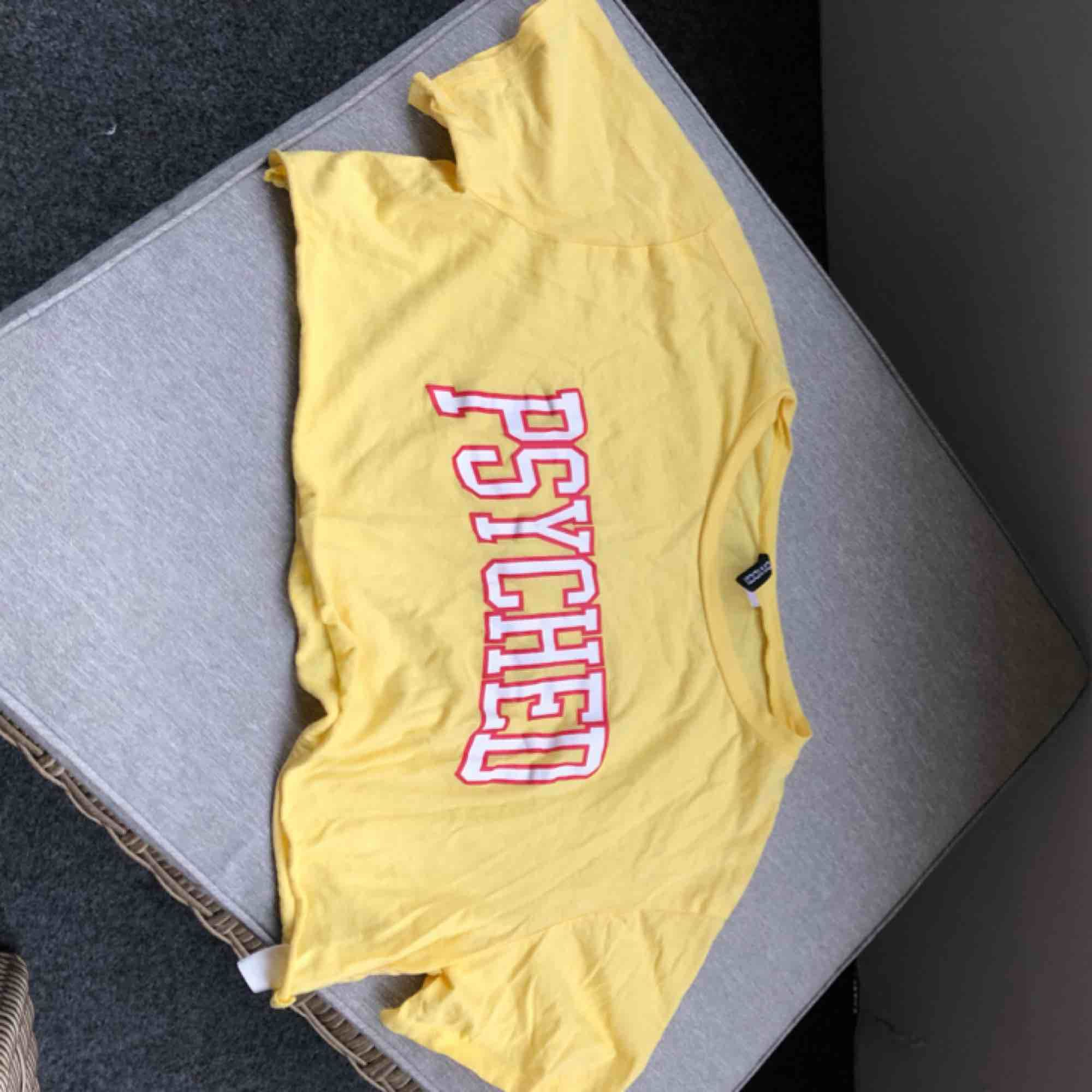 En cool crop top från H&M (Divided) men texted psyched🤩 GRATIS FRAKT! Den är använd ett fåtal gånger men den är som ny förutom en pytteliten fläck på Y:t (bild 3) Första bilden är från google❤️. T-shirts.