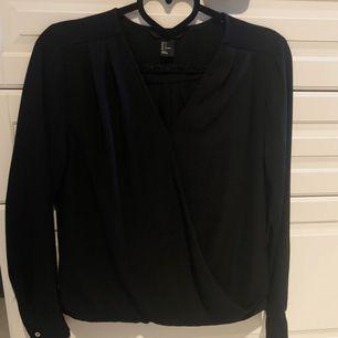 🌸Svart omlott blus från H&M stl 34. Sparsamt använd, nyskick. Köpare betalar ev. frakt.
