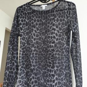 Leopard mesh långärmad topp. Storlek M men passar även s. Kan skickas annars finns i Malmö