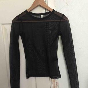 Jag säljer denna fina tröja från h&m, säljer då den knappt kommer till användning, använd 3 gånger. Frakten står på 25kr