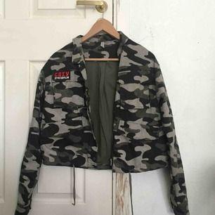 Jag säljer denna JÄTTECOOLA jacka från h&m då den knappt kommer till användning. Den passar alla från XS till en liten m beroende på hur man vill att den ska sitta