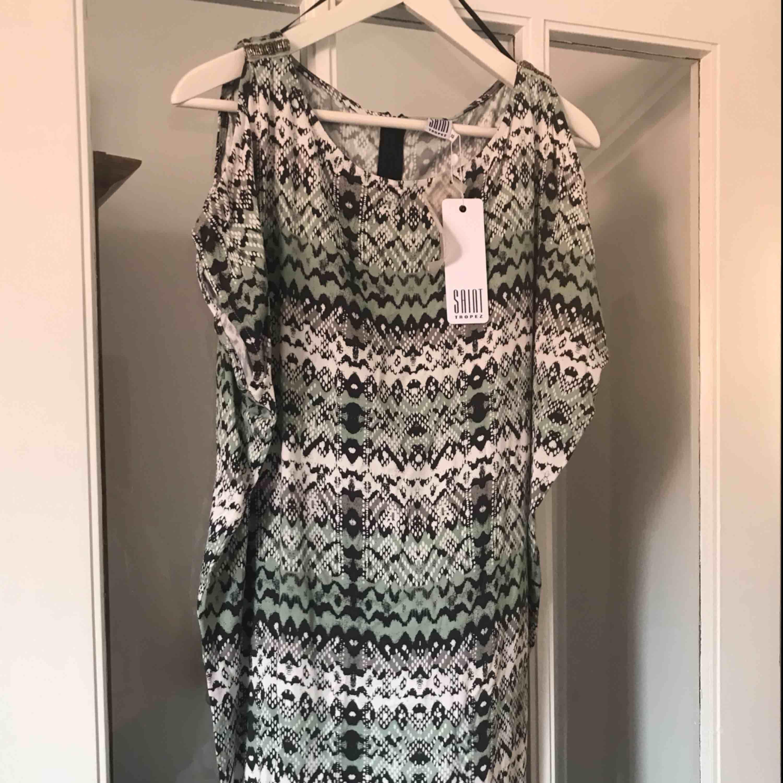 Fin tunika/klänning från saint tropez, oanvänd, strl XS. Cut outs på axlarna. Går strax över mina knän, jag är 164 lång. . Klänningar.