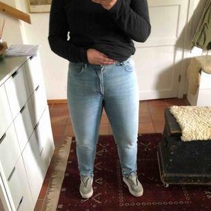 """Ett par nya snygga Acne jeans som är helt oanvända! De är ljus blåa och i stilen """"Melk"""" som är Slim tapered fit jeans. De är stretchiga med hög midja och dragkedja. Priset pga de är som sagt HELT nya och oanvända! Nypris: 1900kr"""