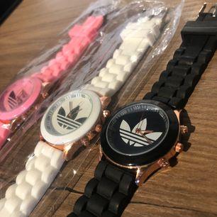 Nya!🌸 3 st Adidas (fake) klockor, Rosa Vit & Svart. Säljs tillsammans. Köpare betalar ev. frakt.