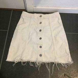 Säljer denna kjol från ginatricot då den aldrig kommer till användning, frakt ligger på 30 och den står du för💗