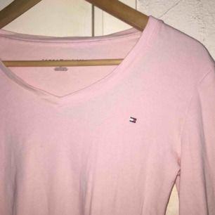 Säljer denna rosa tröjan ifrån Tommy Hilfiger i storlek s, frakt ingår