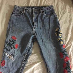 mom jeans från Monki med blommor som detaljer. välanvända men hela. nypris 349kr(?). frakt tillkommer.