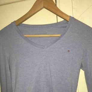 Säljer denna blåa tröjan från Tommy Hilfiger💗